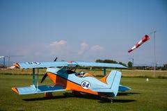 Ljust flygplan, modern biplanapelsin och blått Arkivfoton