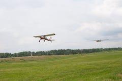 Ljust flygplan som bogserar glidflygplanet över flygfält allmänt plan Royaltyfri Foto