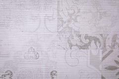 Ljust - gråa texturerade tegelplattor med horisontal- och vertikala modeller av olika former fotografering för bildbyråer