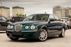 Ljust gröna Jaguar S-typ 2007 främre sikt Royaltyfri Bild