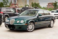 Ljust gröna Jaguar S-typ 2007 främre sikt Arkivfoton