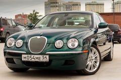 Ljust gröna Jaguar S-typ 2007 främre sikt Arkivbild