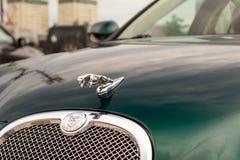 Ljust gröna Jaguar S-typ 2007 främre sikt Royaltyfri Fotografi