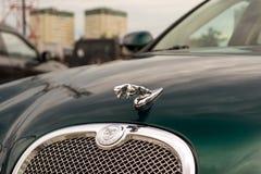 Ljust gröna Jaguar S-typ 2007 främre sikt Royaltyfri Foto