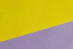 Ljust guling- och lilapapper texturerar bakgrundsdiagonalen Royaltyfri Fotografi