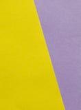 Ljust guling-, rosa färg- och lilapapper texturerar bakgrundsdiagonalen Arkivbild