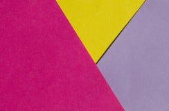 Ljust guling-, rosa färg- och lilapapper texturerar bakgrundsdiagonalen Arkivfoton