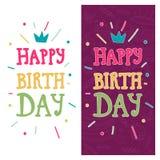 Ljust hälsningkort med lycklig födelsedag för text på purpurfärgade och vita bakgrunder Partiinbjudan, hand dragen stil Arkivbild