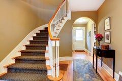 Ljust hall med den wood trappa och valvgången arkivbilder