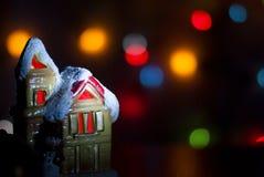Ljust hus för jul på en bakgrund av färgrik bokeh Arkivbilder