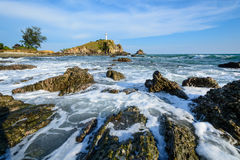 Ljust hus och strand med vågen Arkivbilder