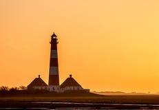 Ljust hus Westerhever på eftermiddagen, mot en solnedgång arkivbilder