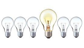 Ljust idébegrepp: av och på ljusa kulor i rad med kopieringsutrymme Arkivfoto