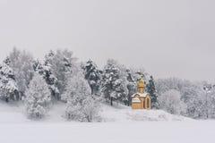 Ljust kapell i den kalla skogen arkivbilder