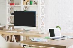 Ljust kontor med tomma apparater Arkivfoton