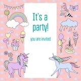 Ljust kort för födelsedagparti med enhörningar, sötsaker och moln Fotografering för Bildbyråer