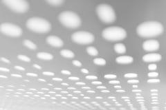 Ljust ljus till och med panelen för vit metall för suddig abstrakt modell och suddig bakgrund Arkivfoton
