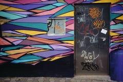 Ljust målad grafittivägg Arkivbilder