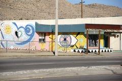 Ljust målad husfasad i palmliljadalen Arkivfoton