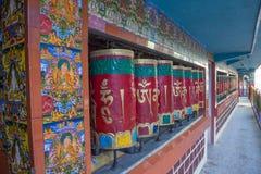 Ljust målade bönhjul på templet, McLeod Ganj, Dharamsal royaltyfri fotografi