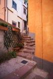 Ljust målade hus i den färgglada gammala townen av Bosa, Sardinia, Italien royaltyfri bild