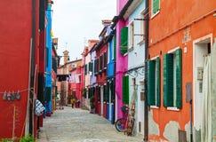 Ljust målade hus på den Burano kanalen Royaltyfri Foto