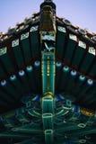 Ljust mönstrat tak av den buddistiska kloster Royaltyfri Foto