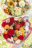 Ljust och delikat, härlig bukett två Ung flicka rymma blommaordningar med variation av färger brigham royaltyfria foton