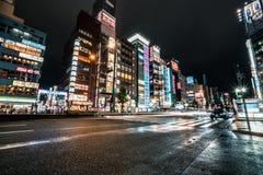 Ljust och färgrikt Shinjuku område på natten för den japan för byggnader för lägenhetarkitekturbyggnad towers det konkreta glass  royaltyfri bild