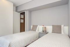 Ljust och nytt sovrum Fotografering för Bildbyråer