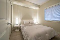 Ljust och rent modernt sovrum Royaltyfri Fotografi