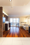 Rymlig lägenhet - vardagsrum arkivbilder