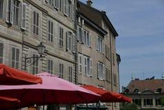 Ljust paraply på bakgrund av gamla byggnader arkivbild