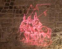 Ljust projektera berättar om tiden av den turkiska erövringen på den inre väggen av korridoren i fördärvar av fästningen i olen Royaltyfri Fotografi