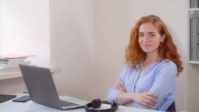 Ljust rödbrun affärskvinnaarbeten genom att använda PC arkivfoto