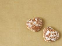"""Ljust rödbrun brödhjärtor på """"golden""""bakgrund Arkivfoton"""