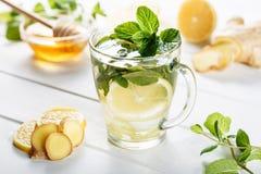 Ljust rödbrun grönt te i ett exponeringsglas för kalla vinterdagar för influensa Sidosikt på vit träbakgrund som dekoreras med mi fotografering för bildbyråer