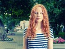 Ljust rödbrun haired kvinnor som känner sig olyckliga och ser Arkivbild