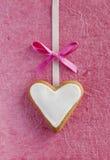 Ljust rödbrun hjärta för vit för valentin dag. Arkivfoto