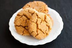 Ljust rödbrun kakor för honung på en svart bakgrund royaltyfria bilder