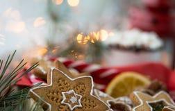 Ljust rödbrun kakor för jul vid fönstret royaltyfria foton