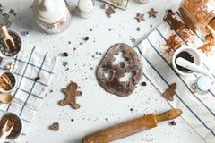 Ljust rödbrun kakor för matlagning på hemmastatt kök för julafton Top beskådar royaltyfria bilder