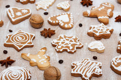 Ljust rödbrun kakor, valnötter, kaffebönor och anis på kryssfanerbackg arkivbild