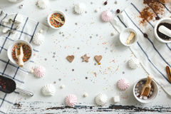 Ljust rödbrun kex i formen av hjärta och stjärnor på tabellen bland marshmallowen, bästa sikt arkivfoton
