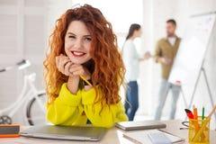 Ljust rödbrun kvinnlig anställd som föreslår idé arkivfoton