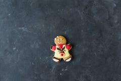 Ljust rödbrun män med kulör glasyr på en grå bakgrund pepparkaka bilder för julkakafind ser mer min portfölj samma serie till Arkivbilder
