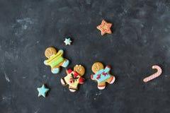 Ljust rödbrun män med kulör glasyr på en grå bakgrund pepparkaka bilder för julkakafind ser mer min portfölj samma serie till Arkivbild