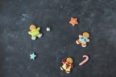 Ljust rödbrun män med kulör glasyr på en grå bakgrund pepparkaka bilder för julkakafind ser mer min portfölj samma serie till Royaltyfri Foto