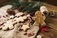 Ljust rödbrun män på en träbakgrund bilder för julkakafind ser mer min portfölj samma serie till Arkivbild