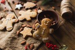 Ljust rödbrun män på en träbakgrund pepparkaka bilder för julkakafind ser mer min portfölj samma serie till Fotografering för Bildbyråer
